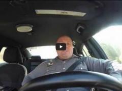 Quand un policier oublie que sa caméra tourne dans la voiture…